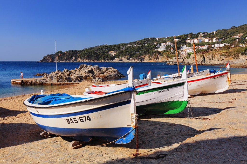 000338_spain_catalunya_Sailboats-on-beach-f-g