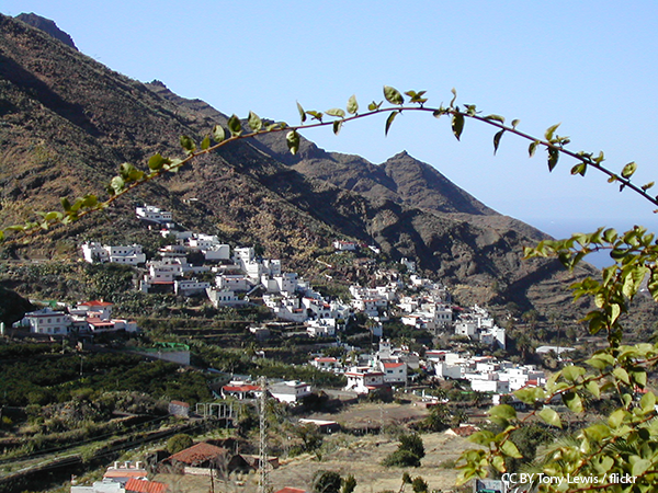 000f06_spain_canaries_Whitewashed-village--6ec086c6f622173cc50854297d3deda7