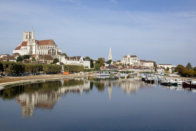 cathdrale d'Auxerre vue d'un pont (Bourgogne France)
