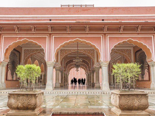 turisti ammirano la bellezza del Chandra Mahal nel City Palace, Jaipur, India