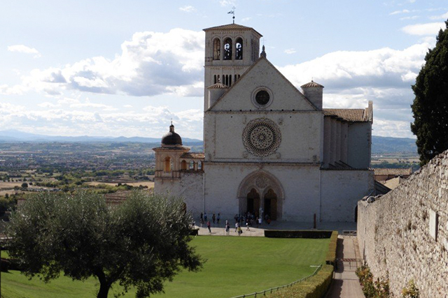 The Basilica di Francesco in Assisi. Walkers go past this on the Valfabbrica walk. CC BY Tony Lewis / flickr