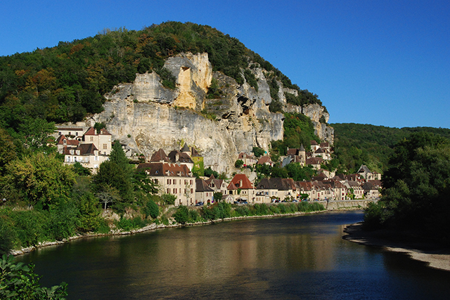 The village of La Roque Gageac, nested into the mountain side. Photo: Stephane Mignon / Flickr.