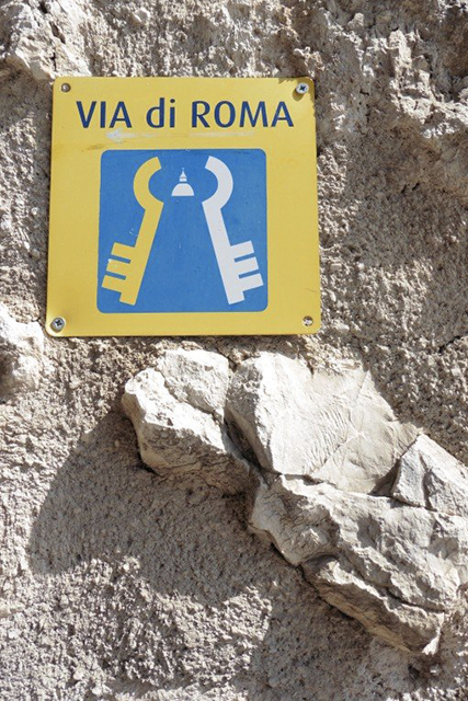 A waymarker plaque on the Via di Roma / St Francis Way in Eggi. CC BY Tony Lewis / flickr
